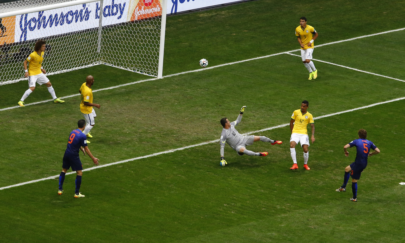 <B>2-0:</B> Daley Blind økte Nederlands ledelse etter en fryktelig klarering av David Luiz.