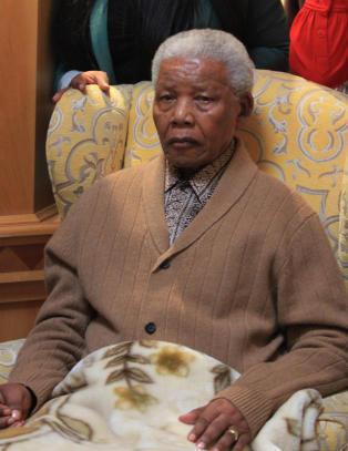Desmond Tutu vil gi aktiv d�dshjelp: - Behandlingen av Mandela var uverdig
