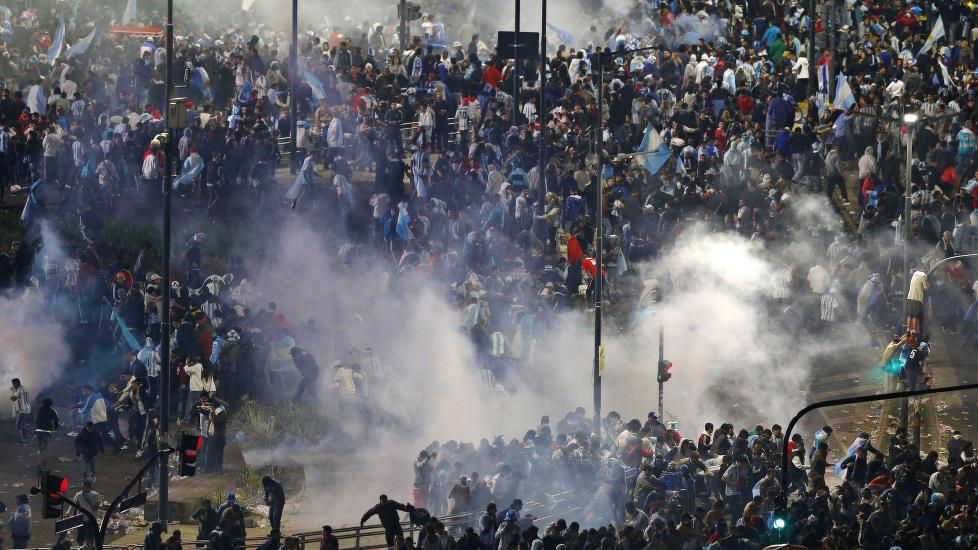 Politiet bruker tåregass og vannkanoner mot fotballfans som kaster steiner og gjør hærverk.