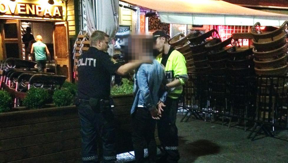 I H�NDJERN: Viking-spilleren ble lagt i bakken av vektere, s� p�f�rt h�ndjern av politiet i Stavanger sentrum klokken 01.40 natt til mandag. Foto: Vitne