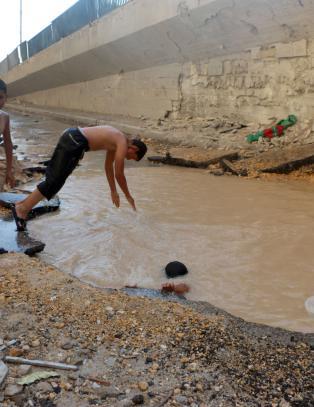 Aleppos barn bader i bombekratre