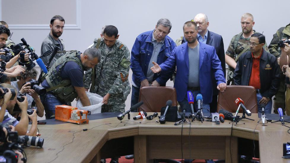 En av de ukrainske separatistlederne overleverte natt til tirsdag de svarte boksene fra det nedskutte flyet til malaysiske eksperter.