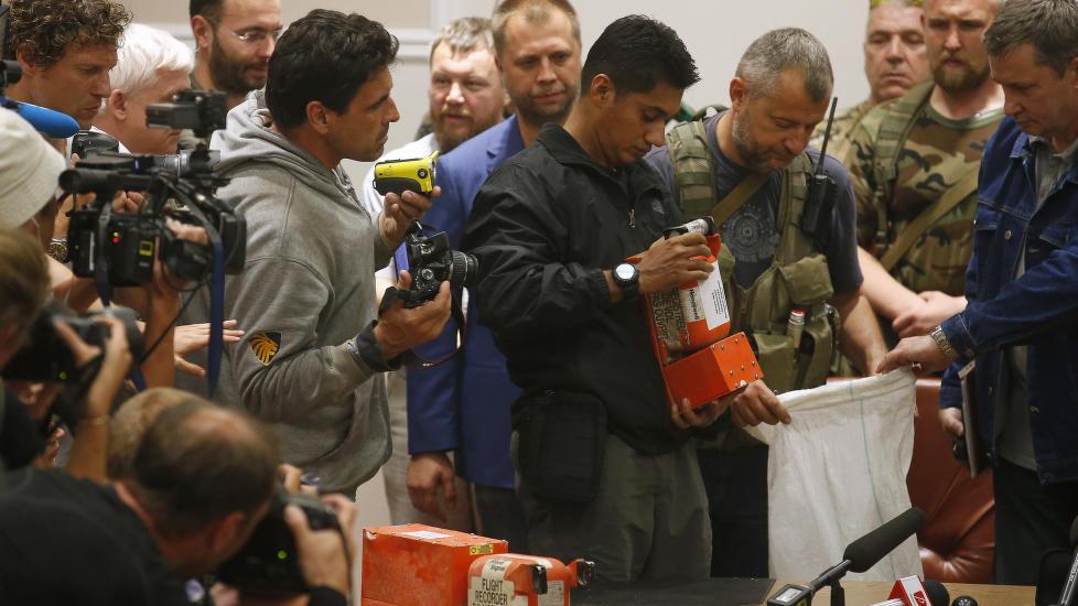 Malaysiske tjenestemenn overleverte tirsdag de svarte boksene fra det nedskutte malaysiske passasjerflyet til nederlandske granskere.