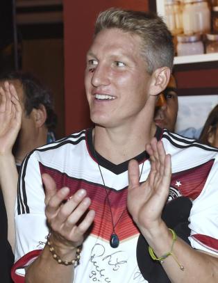 Festvideo sjokkerer: Schweinsteiger synger at rivalen er �hores�nner�