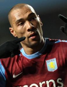 I Aston Villa dro John Carew p� byen med trenerens velsignelse