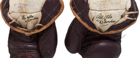Disse boksehanskene ble solgt for nesten to og en halv millioner kroner