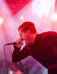 Synger som en middels norsk black metal-vokalist