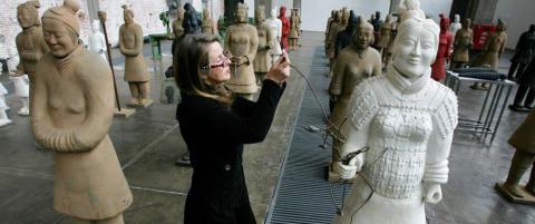 Hun lager kvinnelige utgaver av de kinesiske terrakottakrigerne