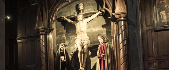 I katedralen der Ludvig 14. gifta seg for 350 �r siden, er to ting umulig � overse