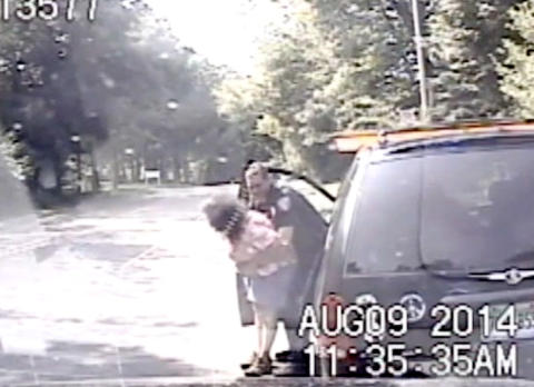 Politibetjenten stoppet kvinnen for å ha kjørt på rødt lys. Nå blir han hyllet