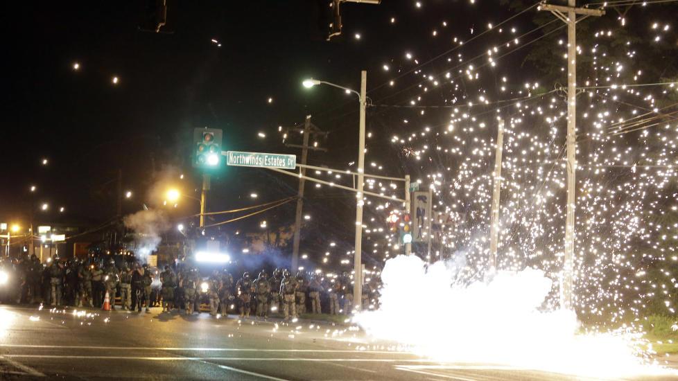 SAMMENST�T: Det var i natt nye sammenst�t mellom politiet og demonstranter i Ferguson i Missouri. Foto: AP Photo/Jeff Roberson