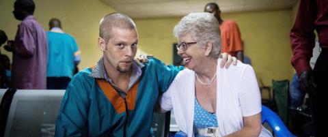 - Joshuas mor f�r ikke lov til � snakke med de andre fangene i fengselet