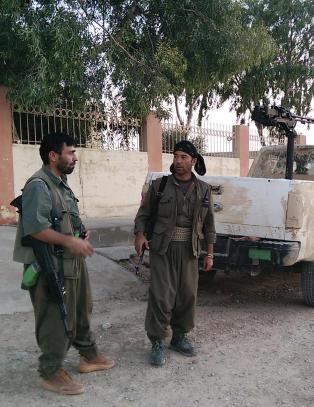Geriljagruppa blir ansett som terrorister av USA. N� sl�ss de med USA mot IS