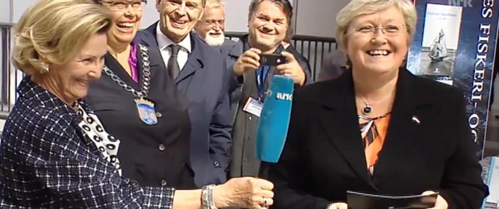 Alle begynte � le da dronnig Sonja tok grep om mikrofonen