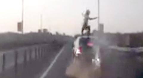Motorsykkelen krasjer i bilen foran. Du vil ikke tro hva som s� skjer