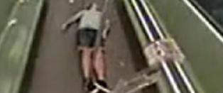 N�r den ikke-asiatiske mannen svimer av, reagerer passasjerene �yeblikkelig