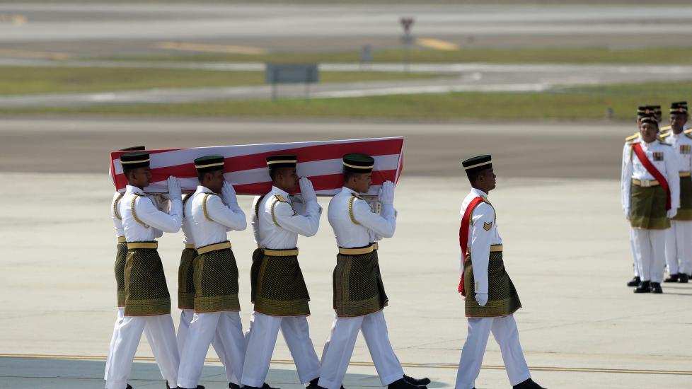 Et fly med bårene til de første av de 43 malaysierne som mistet livet da et Malaysia Airlines-fly ble skutt ned over Ukraina, kom fredag hjem.