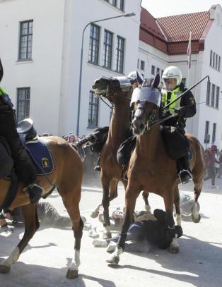 Flere skadd under demonstrasjon mot nazi-parti i Sverige: Tr�kket ned av politi-hester