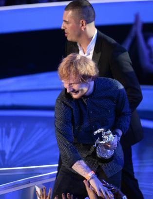 - Miley Cyrus ropte �drittsekk� til Ed Sheeran da han mottok pris