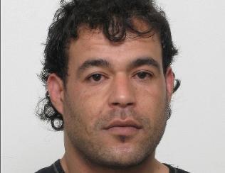 Politiet etterlyser denne mannen etter ran og overfall av kvinne (90)