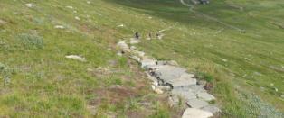 Sendte sherpaer fra Nepal og 600 tonn stein inn i fjellet for � bygge ny sti