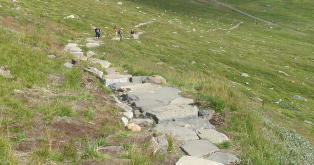 Sendte sherpaer fra Nepal og 600 tonn stein til norsk fjell for � bygge sti