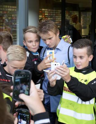 �degaard (15) hyllet av motstanderens fans