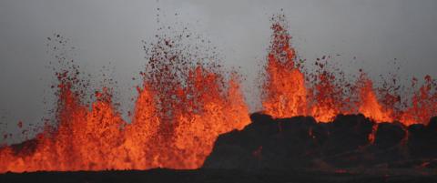Lavaen spruter, men ingen aske over Island