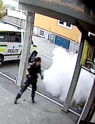 Her g�r 21-�ringen til angrep p� politiet med brannslokkingsapparat