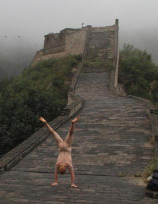 �The Naked Handstander� viser rumpa over hele verden, men nekter � si hvem han er