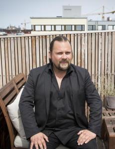Christer Falck promoterer Per Heimlys kunstbok med �mobbel�t�