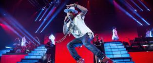 Pharrell fungerer best side om side med andre stjerner i flashy musikkvideoer