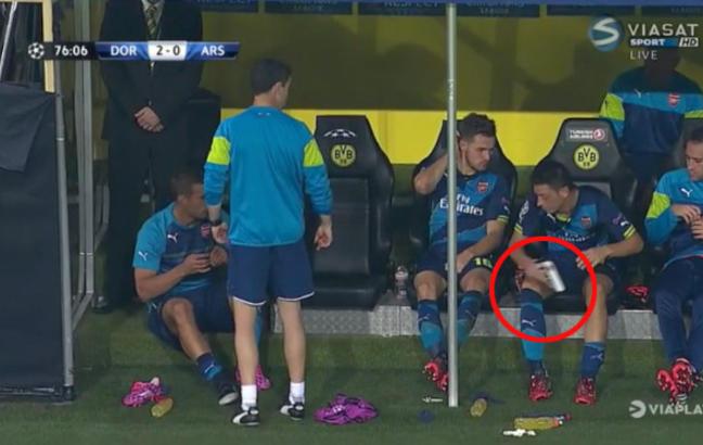 Podolski rota bort legg�skinnet sitt. Da kommer �zil til unnsetning