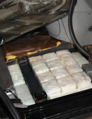 Mor og s�nn stoppet med 44 kilo hasj i bilen