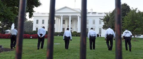 42-�ringen som stormet inn i Det hvite hus var bev�pnet med kniv