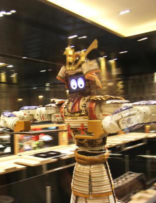 Noen minutter seinere kommer en dansende robot inn i restauranten