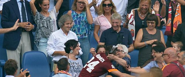 Roma-stjerna r�rte hele stadion da han fikk bestemora (82) til � gr�te