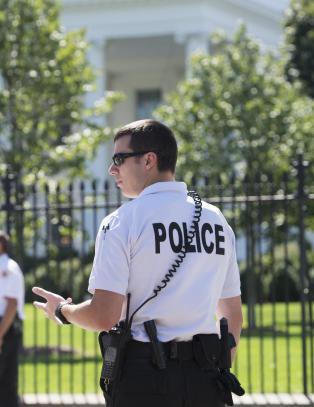 Inntrengeren i Det hvite hus hadde 800 skudd i bilen