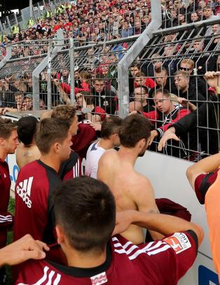 Spillerne gr�t �penlyst p� banen  etter fansens stunt