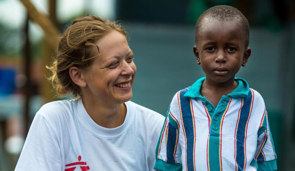 STERKT M�TE: I en m�ned har psykolog Ane Bj�ru Fjelds�ter (31) fra Trondheim jobbet for Leger uten grenser i ebola-rammede Liberia. Her er hun sammen med Patrick (5). Foto: Morgana Wingard/MSF.