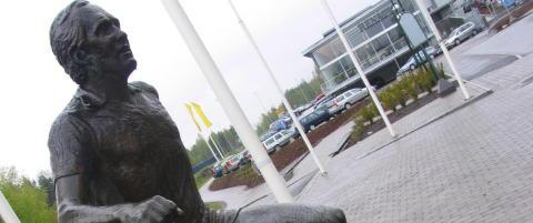 Nytt h�rverk mot Tom Lund-statuen