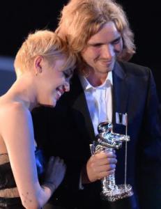 Mileys MTV-date m� sone seks m�neder i fengsel