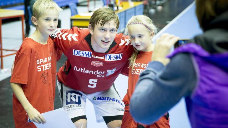 POPULÆR: Sander Sagosen har bare vært proff i Aalborg i noen måneder, men det norske supertalentet har allerede blitt en svært populær spiller i klubben.