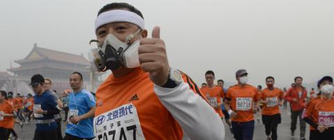 Tusenvis l�p maraton med ansiktsmaske