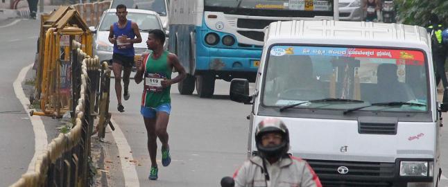 Maraton-l�perne kjempet om seieren. S� gjorde arrang�ren en fryktelig feil