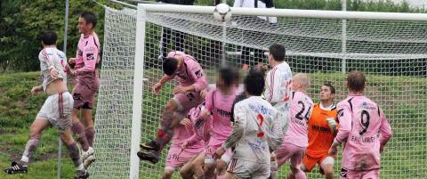 To fotballkamper. Uten at tilskuere eller dommere kunne se det, kan et m�rkt scenario ha utspilt seg ute p� banen.