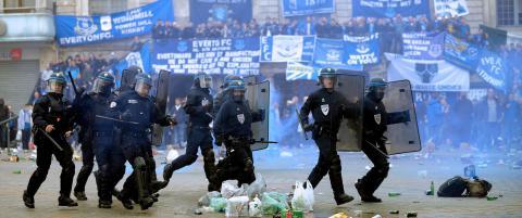 Everton-fans t�regasset av fransk politi i blodig sammenst�t