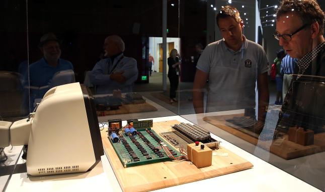 Denne ble bygget i Steve Jobs' garasje i 1976. N� er den solgt for nesten 6 millioner