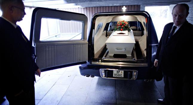 Ingen kom i begravelsen hans. Dette er jakten p� en d�d manns liv