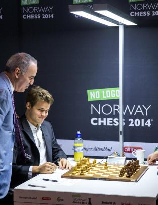 Kasparov advarer Carlsen mot russisk sabotasje